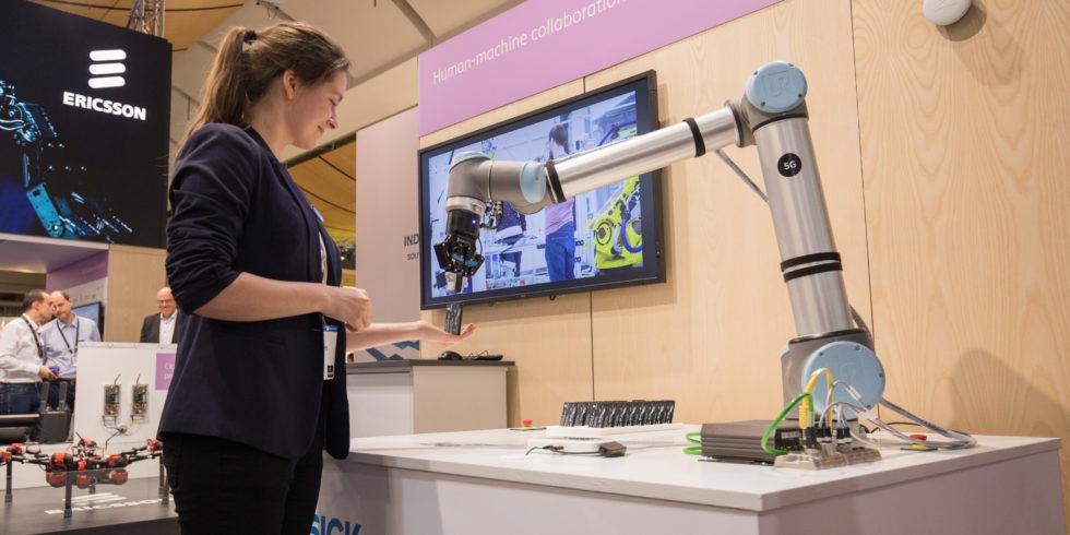 Besucherin erhält am Ericsson-Stand Bonbons vom Produktionsroboter.<br />Foto: Ericsson