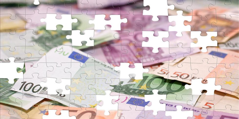 Rentenluecke: Einem Puzzle mit Euroscheinen fehlen einige Teile