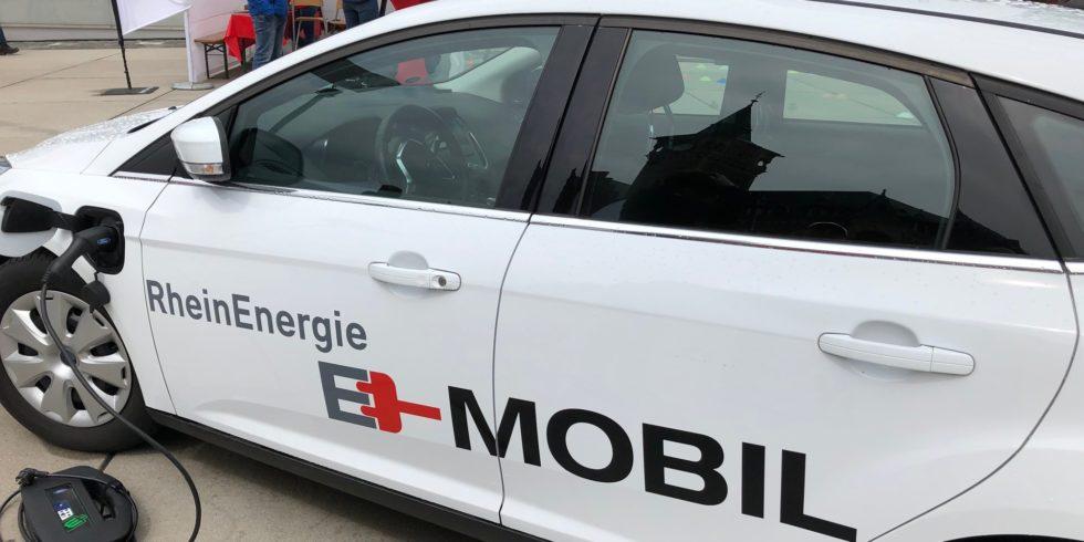 Das E-Mobil von Ford mit RheinEnergie Logo