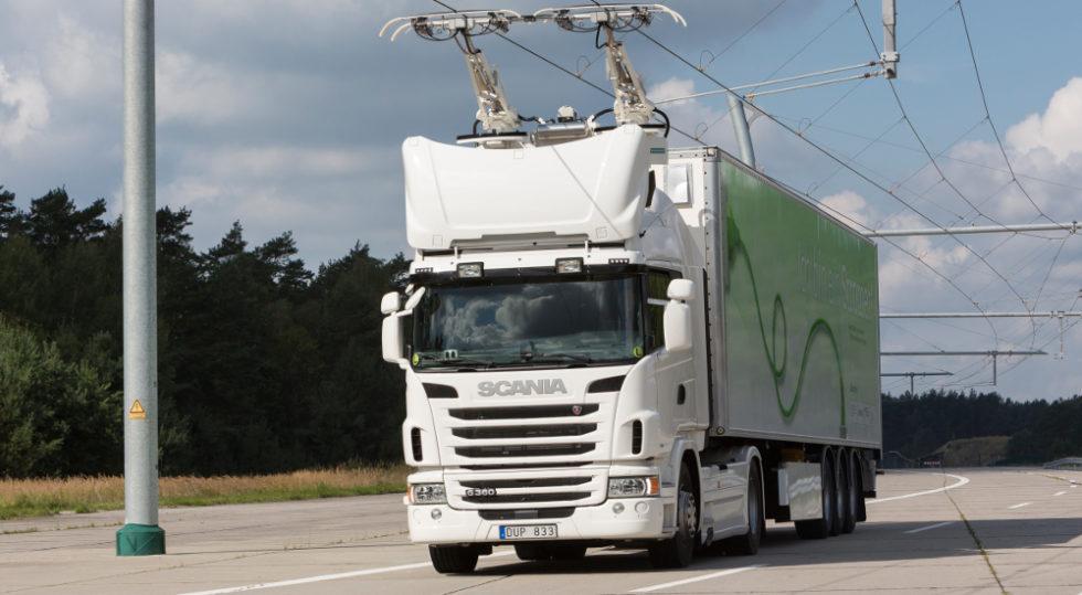 Fotos eine Hybrid-Lkw an der Oberleitung