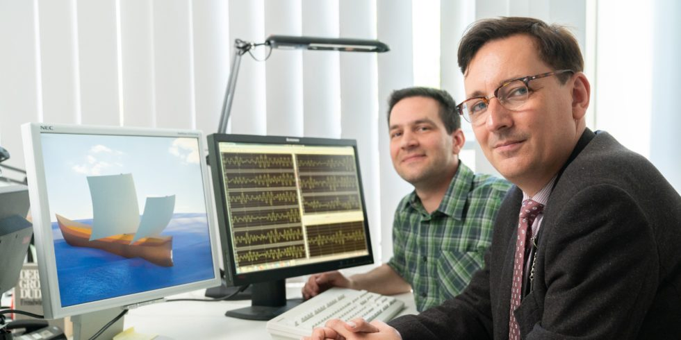 Sebastian Ritz (l.) und Thomas Kirstein untersuchten die Seegangseigenschaften römischer Handelsschiffe. Sebastian Ritz erstellte dazu ein computerbasiertes Schiffsmodell, das auf dem linken Bildschirm zu sehen ist.