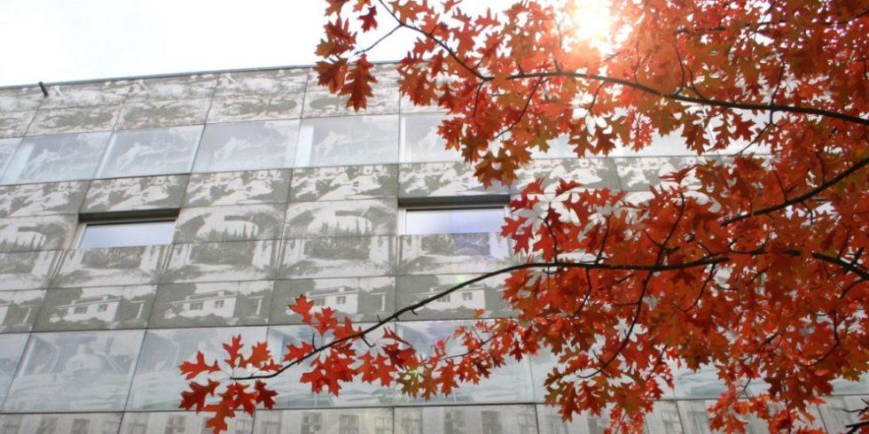 Fotobetonfassade an der Bibliothek vom Stadtcampus der Hochschule für nachhaltige Entwicklung Eberswalde. Foto: Copyright HNE
