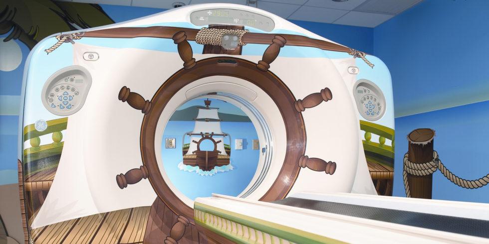 MRT-Gerät, das wie ein Piratenschiff bemalt ist