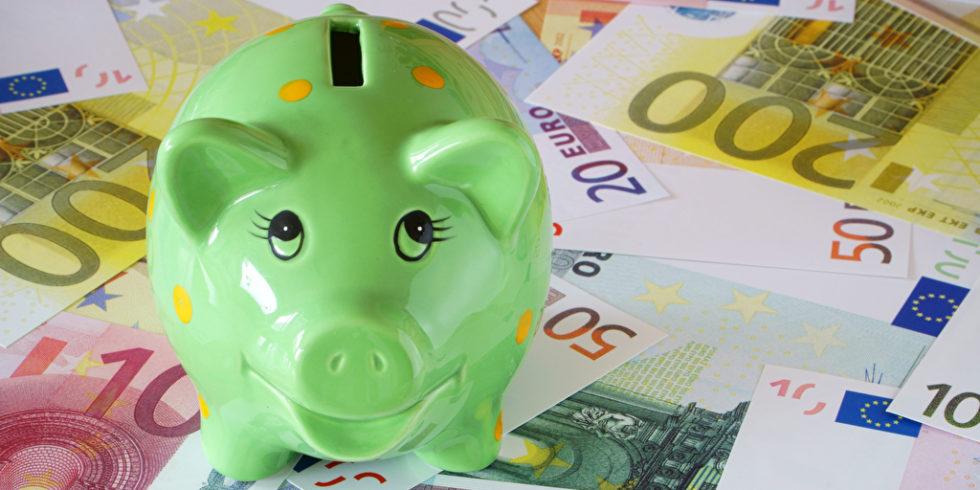 Sparschwein steht auf Geldscheinen