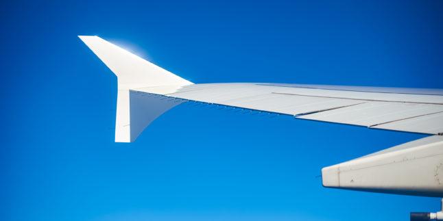 Linker Flügel Flugzeug am Himmel