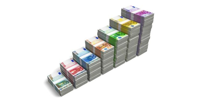 Euro-Banknoten aufsteigend nebeneinander aufgestapelt