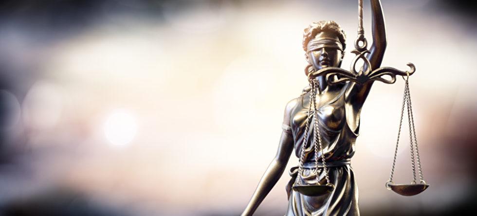 Justizia als Bronzestatue