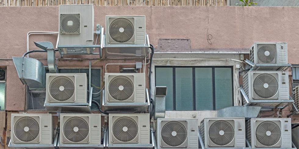 Klimaanlagen stapeln sich an einer Hauswand