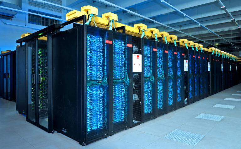 Superrechner SuperMUC-NG bei der Inbetriebnahme im Leibniz-Rechenzentrum
