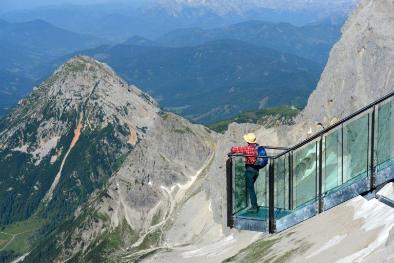 Die Treppe ins Nichts am Hunerkogel führt zu einer gläsernen Aussichtsplattform