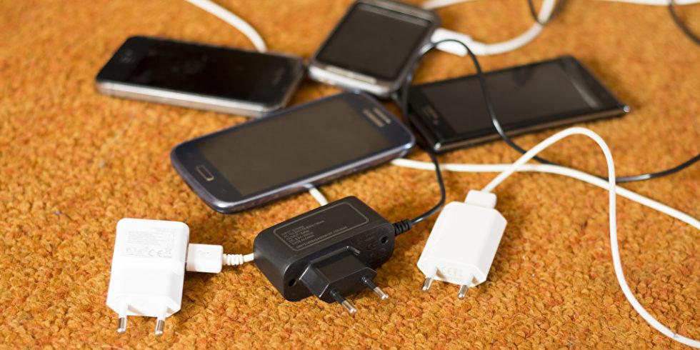 Handys mit Ladekabeln
