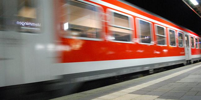 Fahrender Zug Bahnhof