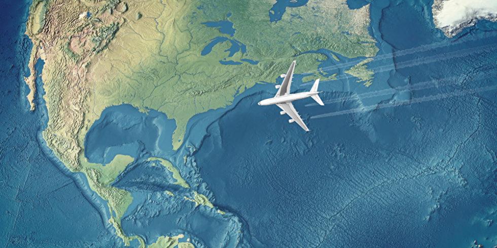 Flugzeug über dem Atlantik, Darstellung Landkarte