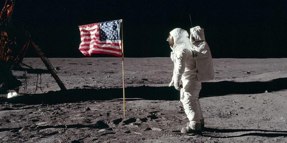 Buzz Aldrin steht vor der amerikanischen Flagge auf dem Mond