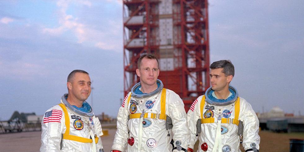 Die Astronauten Gus Grissom, Ed White und Roger Chaffee in Raumanzügen