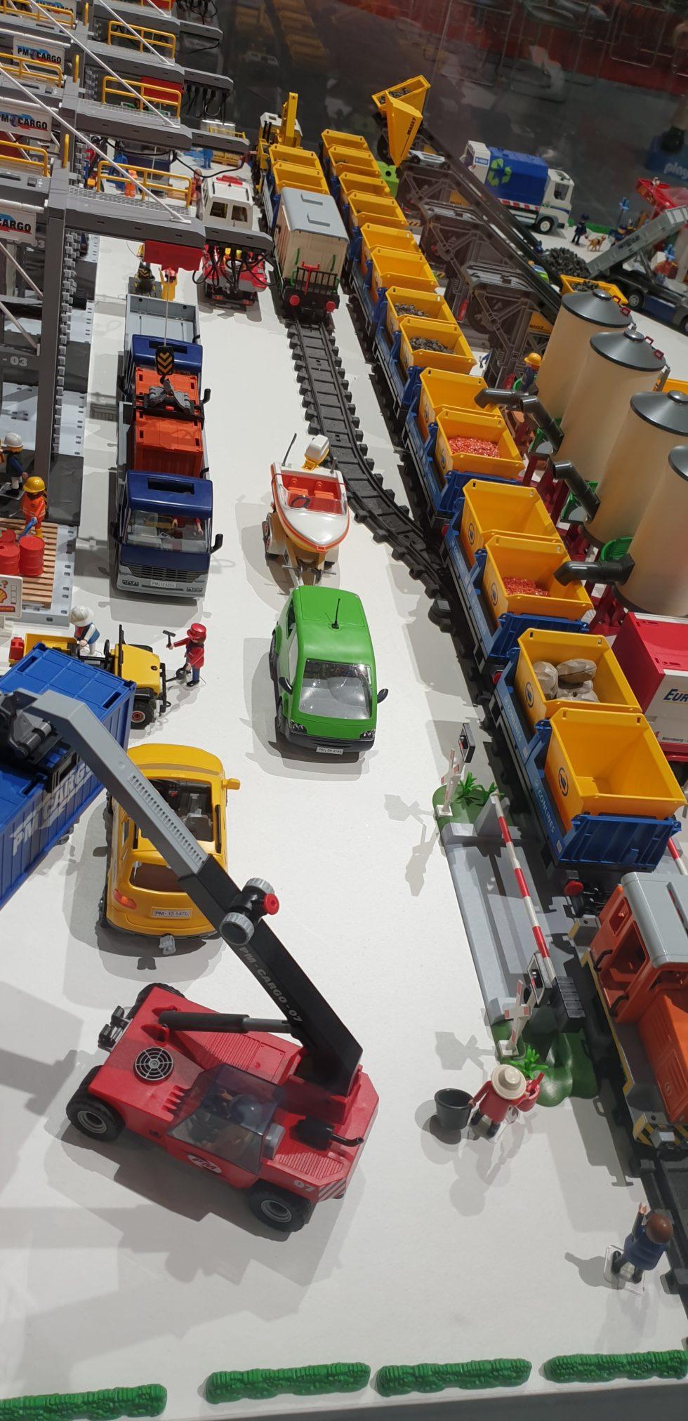 Schienen, Autos und Laster aus Playmobil