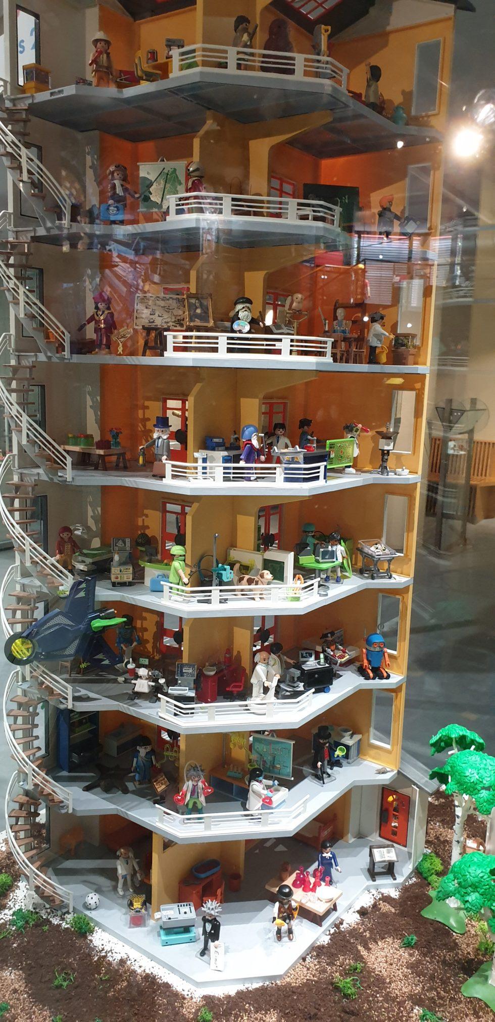 Etagenhaus mit Playmobilfiguren