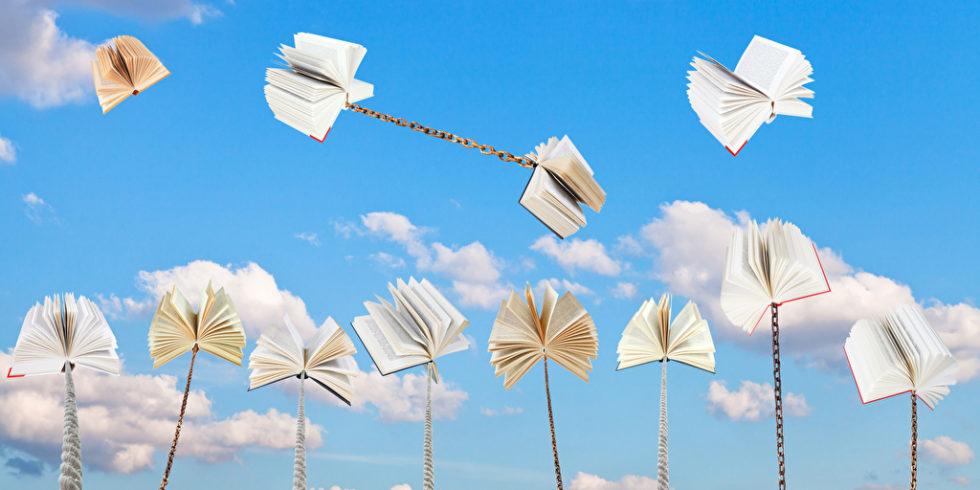Bildungsurlaub? Buecher thronen wie Pusteblumen auf Bluetenstaengeln