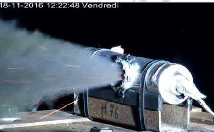 Batterie mit einem Loch in der Seite, aus dem Nebel entweicht