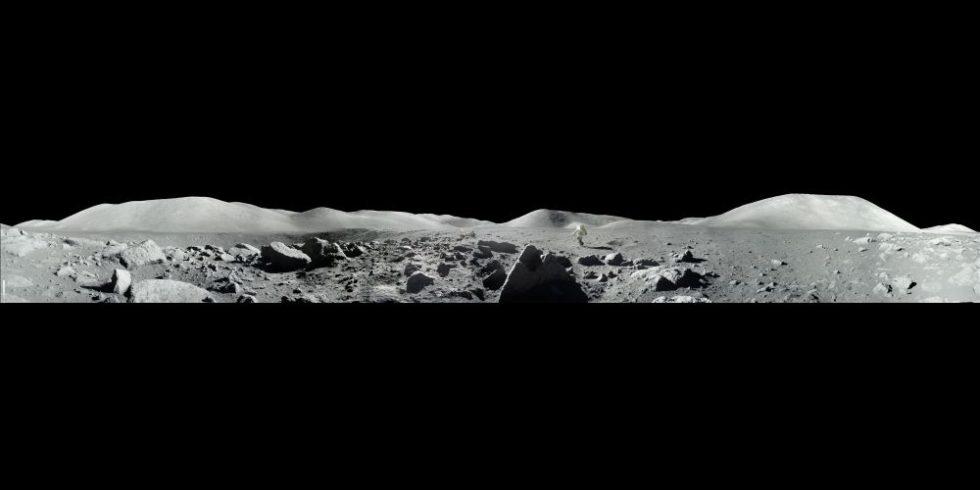 Panoramaansicht der Mondoberfläche in schwarz-weiß