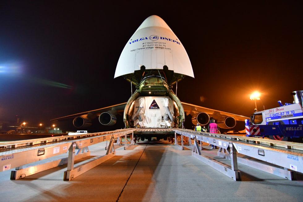 Europäisches Servicemodul für Orion im Laderaum einer Antonov