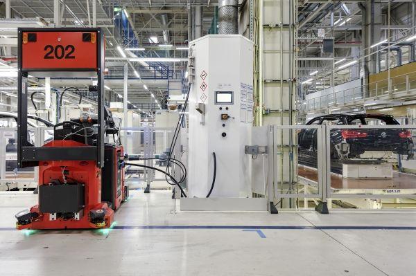Foto: Mit Wasserstoff betriebene Routenzüge im BMW Group Werk Leipzig.<br />Foot: BMW Group
