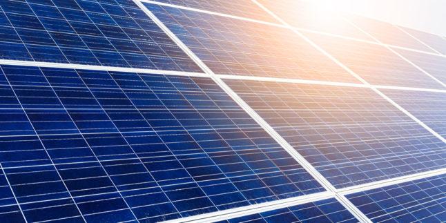 Solarzellen mit Sonne