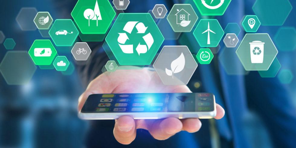 Smartphone in Hand darüber Recycling Symbole