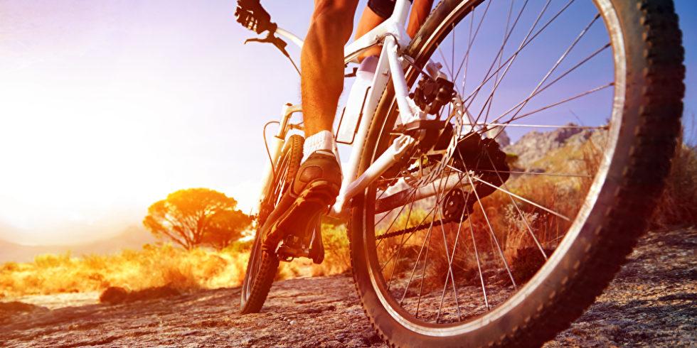Radfahrer-Reifen Mountainbike bei Sonnenaufgang