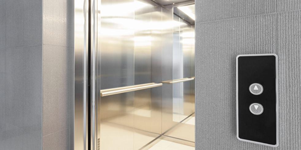 Offene Aufzugtür