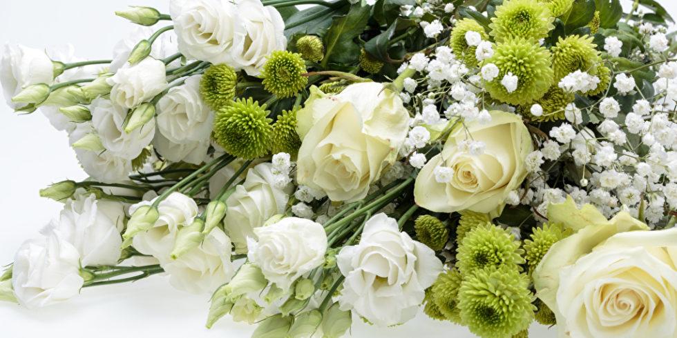 weißes Blumenbouquet