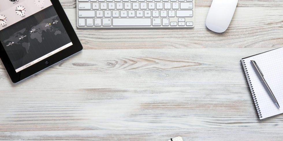 Schreibtischplatte mit Tastatur und Laptop