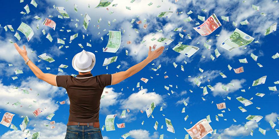 Mann mit weißen Hut steht unter blauem Himmel, von dem Geldscheine regnen.