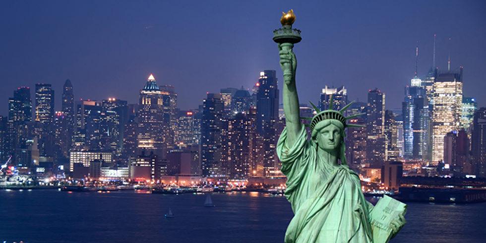 Blick auf die Skyline New Yorks mit der Freiheitsstatue im Vordergrund