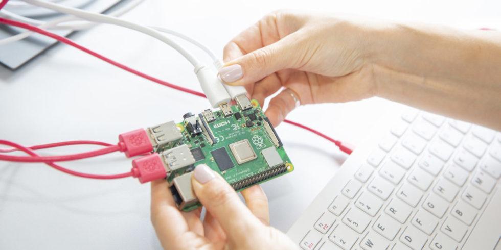 Rasperry Pi vor weißer Tastatur