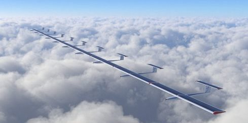 AlphaLink Flugkörper in der Luft von Wolken umgeben