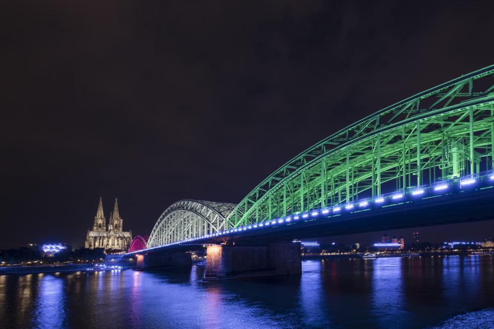 Die Lichtinstallation von Künstler Michael Batz taucht den Rhein in die Farben der Gamescom.