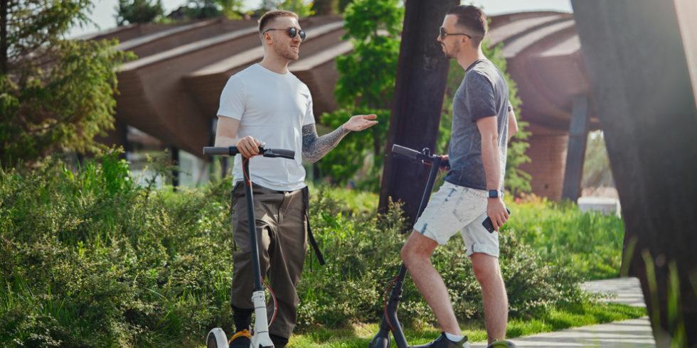 Zwei Männer auf elektrischen Tretrollern