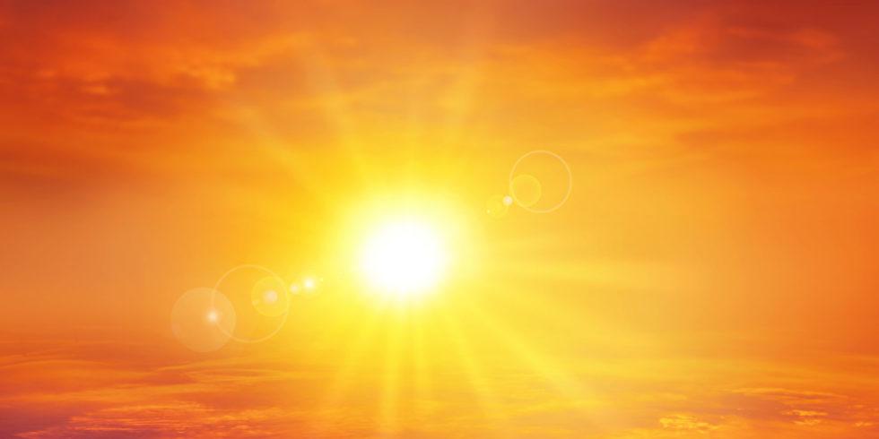 Sonne am orangenen Himmel