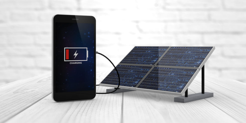 Smartphone lädt an Solarladestation