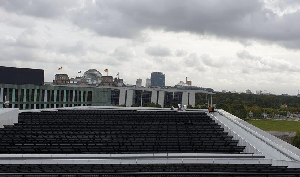 Solarzellen auf dem Dach des Futuriums Blick Regierungsviertel