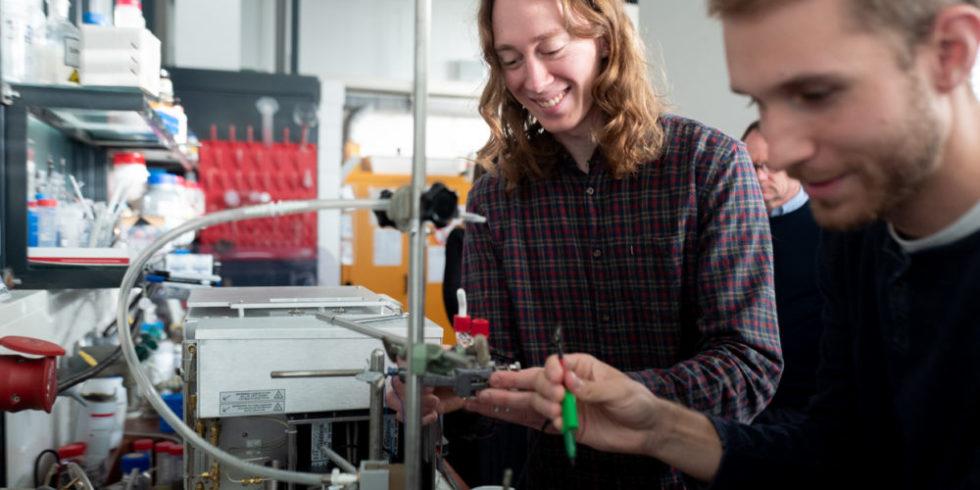 Zwei Forscher arbeiten an einer elektrochemischen Zelle.