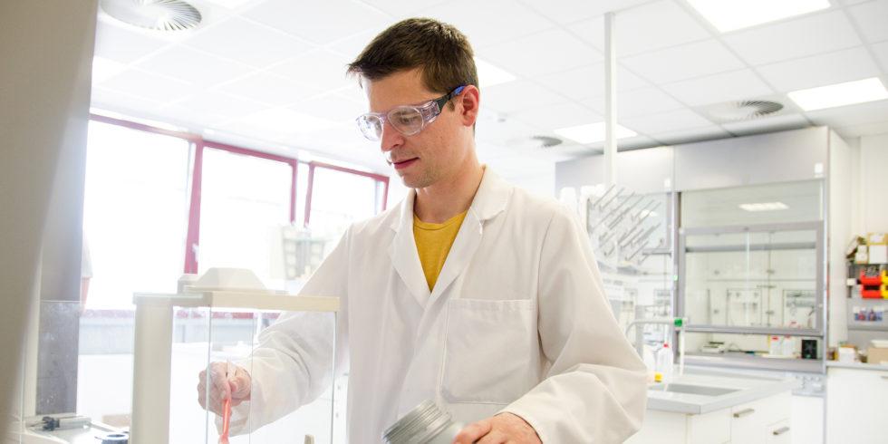 Für seine Versuche im Labor arbeitet Max-Fabain Volhard mit Zelluloseacetat, Meer- und Süßwasser und natürlich dem Katalysator Titandioxid. Foto: FH Münster/Theresa Gerks