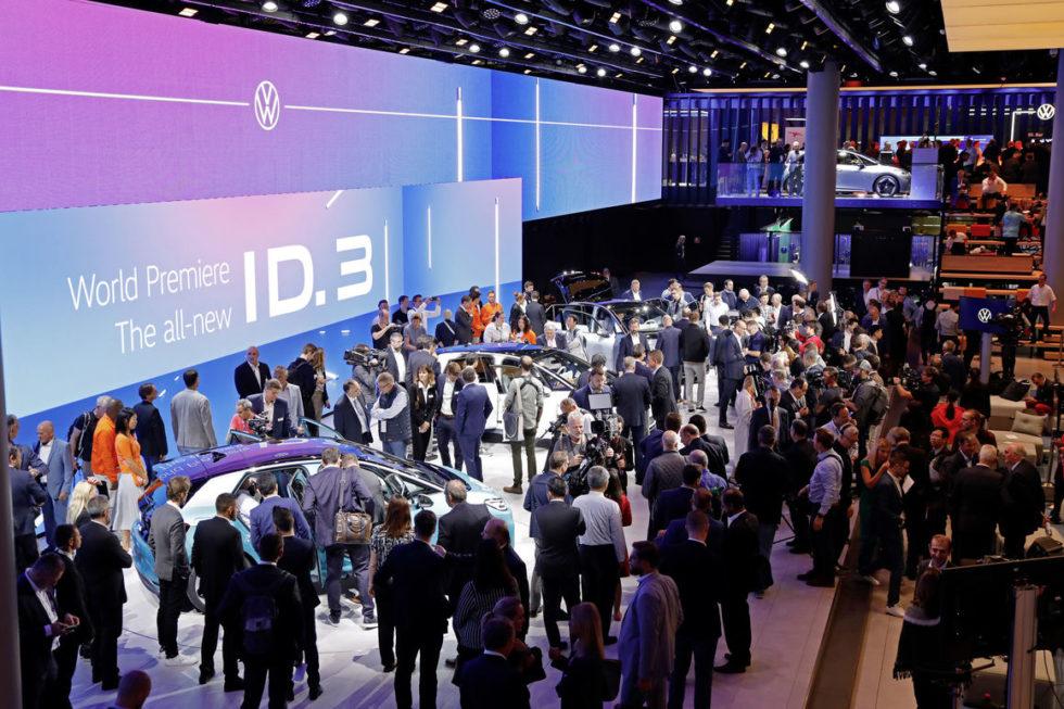 Besucher betrachten die vorgestellten VW-Modelle.