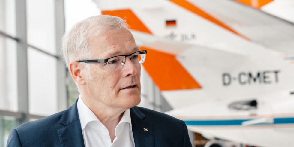 Prof. Rolf Henke in einem Flugzeughangar