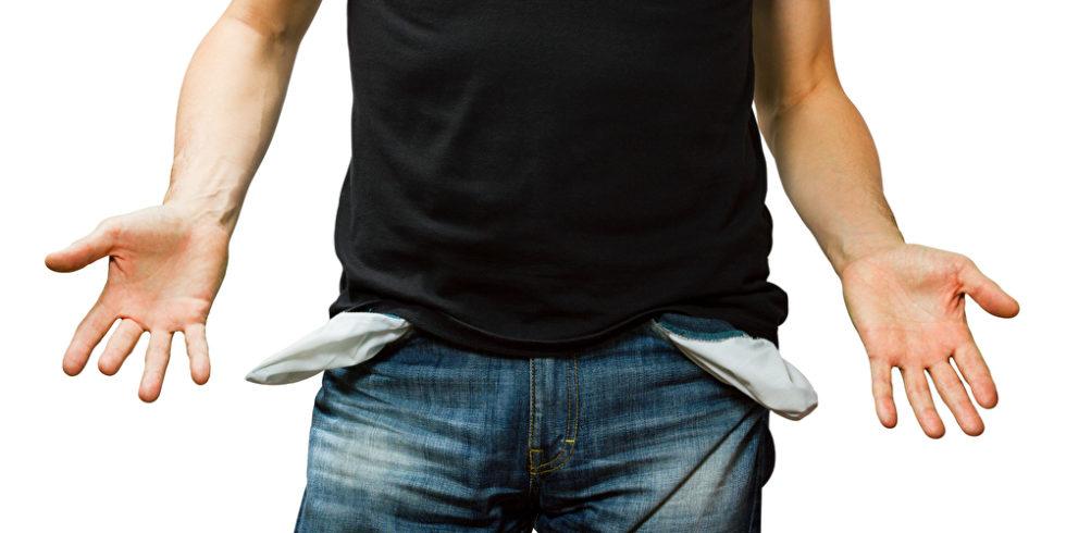 Mann in JEans mit ausgestülpten Hosentaschen