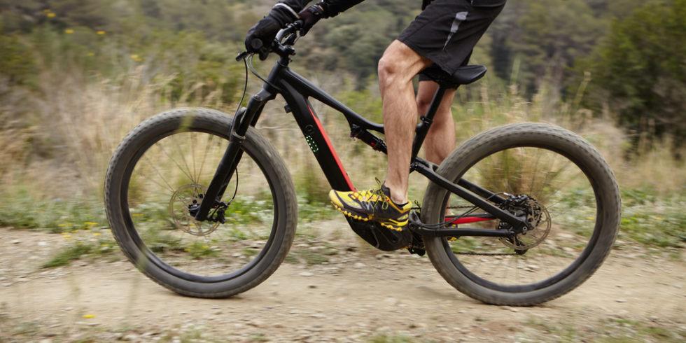männlicher Radsportler auf Pedelec