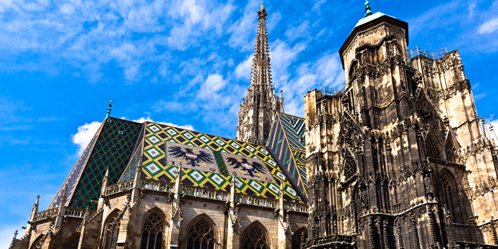 Stephansdom in Wien bei blauem Himmel