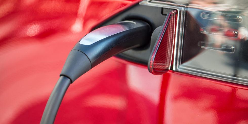 Laden eines roten E-Autos