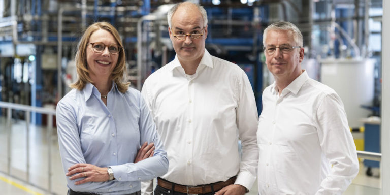 Christoph Gürtler (Bildmitte), Berit Stange (beide Covestro Deutschland AG, Leverkusen), sowie Walter Leitner (Lehrstuhl für Technische Chemie und Petrolchemie an der RWTH Aachen)